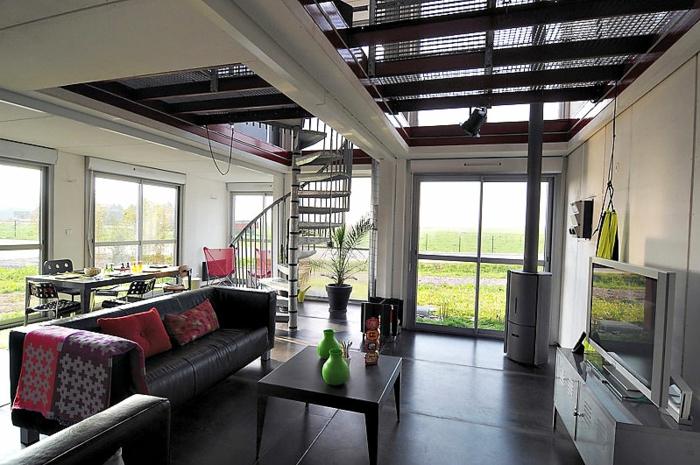 wendeltreppen innentreppen design metall schwarze bodenfliesen wohnzimmer rote akzente