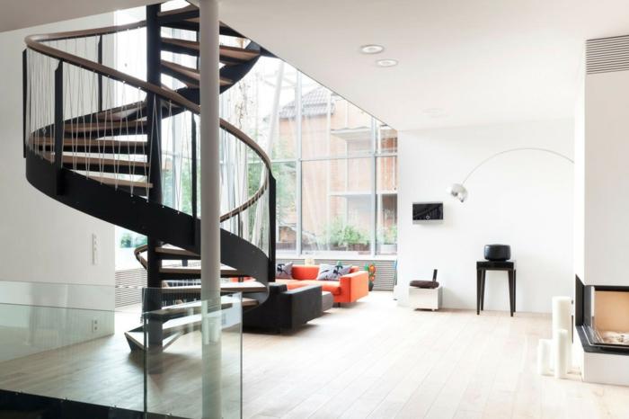 wendeltreppen innentreppen wohnzimmer schick heller boden oranges sofa weiße wände