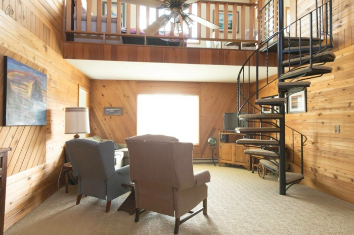 wendeltreppen kleines wohnzimmer einrichten landhausstil holz wände