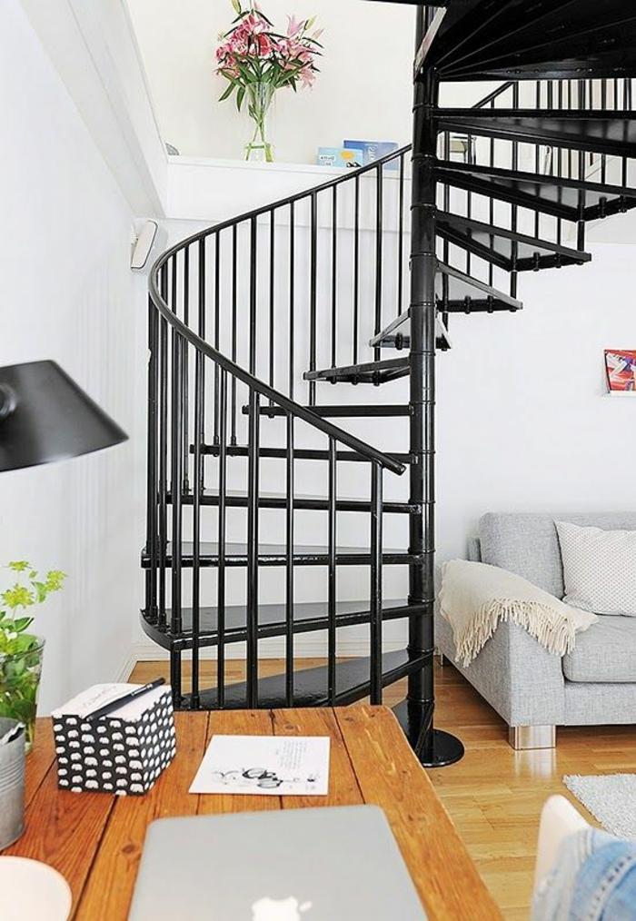 wendeltreppen schwarz funktional wohnzimmer hellgraues wohnzimmersofa rustikaler esstisch
