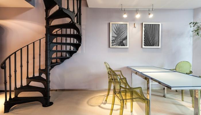 wendeltreppen schwarz stilvoll essbereich coole transparente grüne stühle