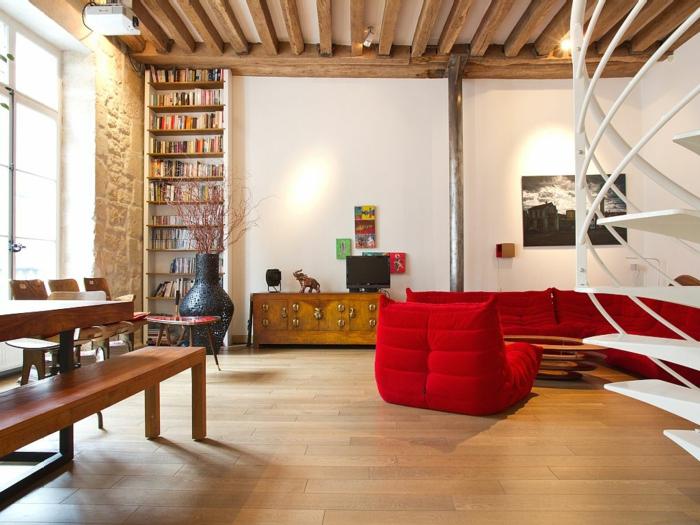 wendeltreppen weiß wohnzimmer rotes mobiliar bibliothek
