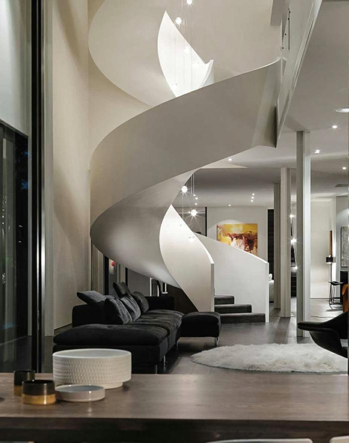 wendeltreppen weiß elegant wohnzimmer schwarzes sofa beleuchtung