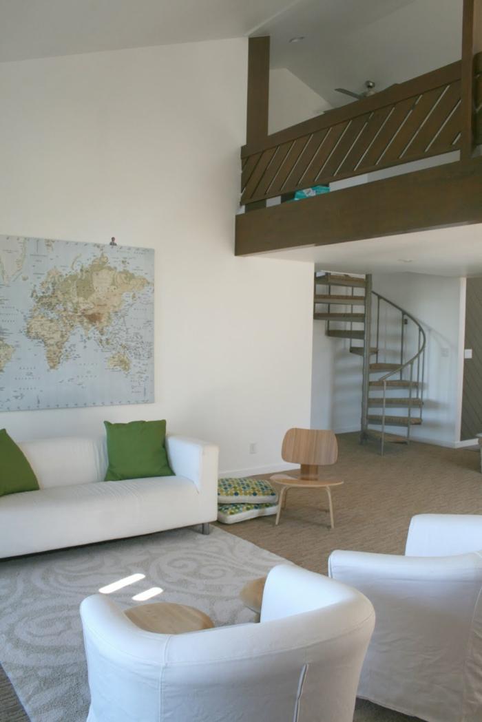 wendeltreppen design innen wohnideen wohnzimmer weiße wohnzimmermöbel grüne dekokissen