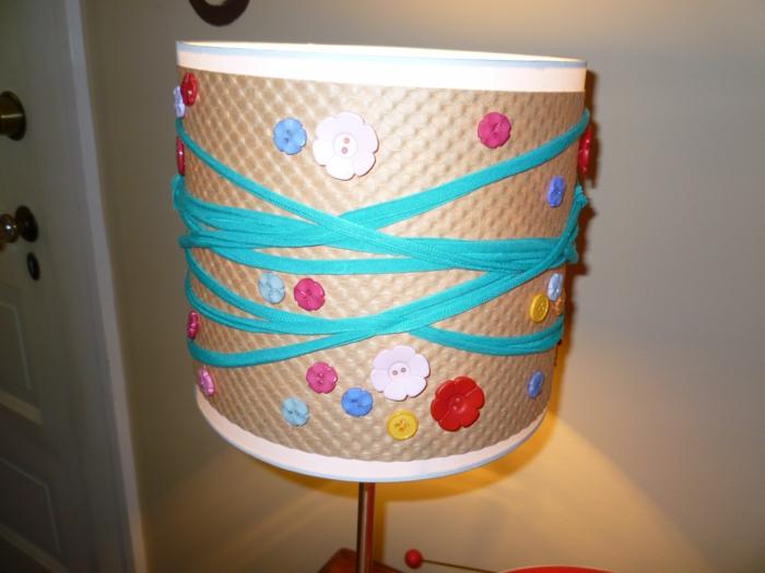 wohnideen zum selber machen lampenschirm dekorieren knöpfe