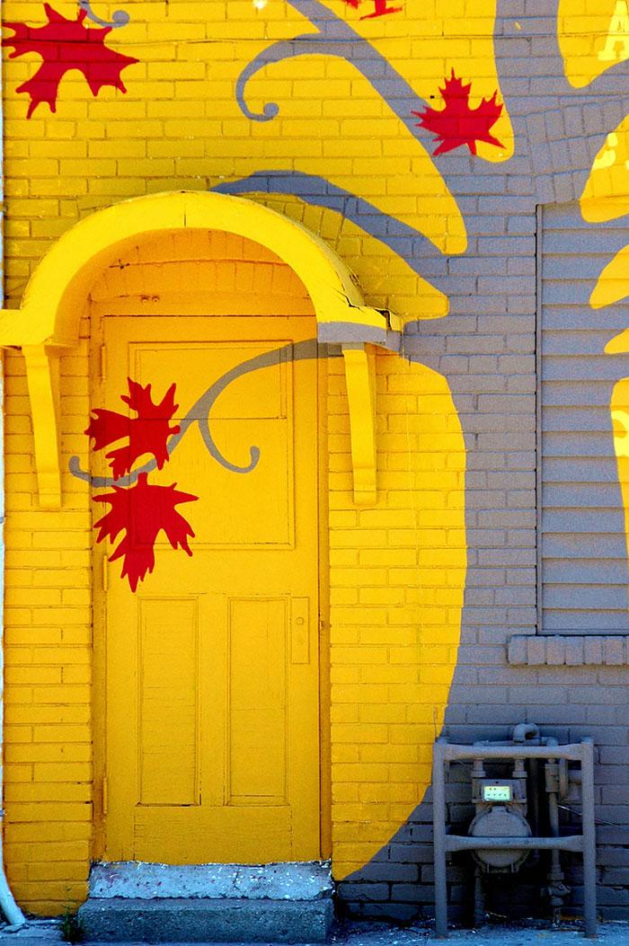 Alte Tapete Neu Gestalten : Yellow Painted Door