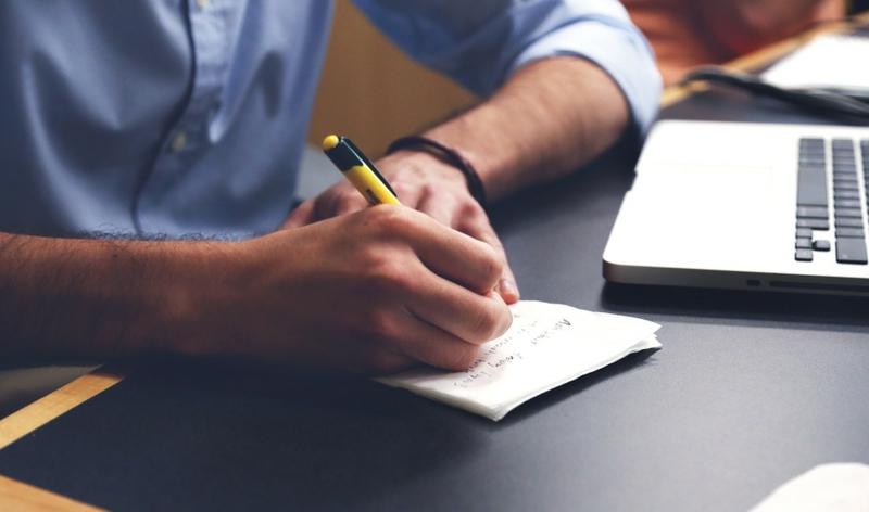 Home Office einrichten praktische Tipps Ordnung am Arbeitsplatz