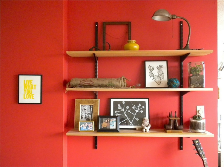 Ikea Regale offene Wandregale Wandfarbe rot Stauraum Ideen