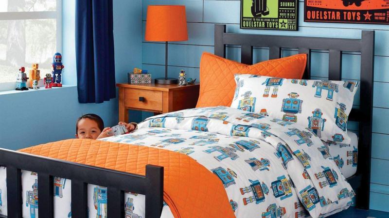 Kinderzimmer Junge Kindermöbel Wandfarbe Blau Kinderbettwäsche Orange