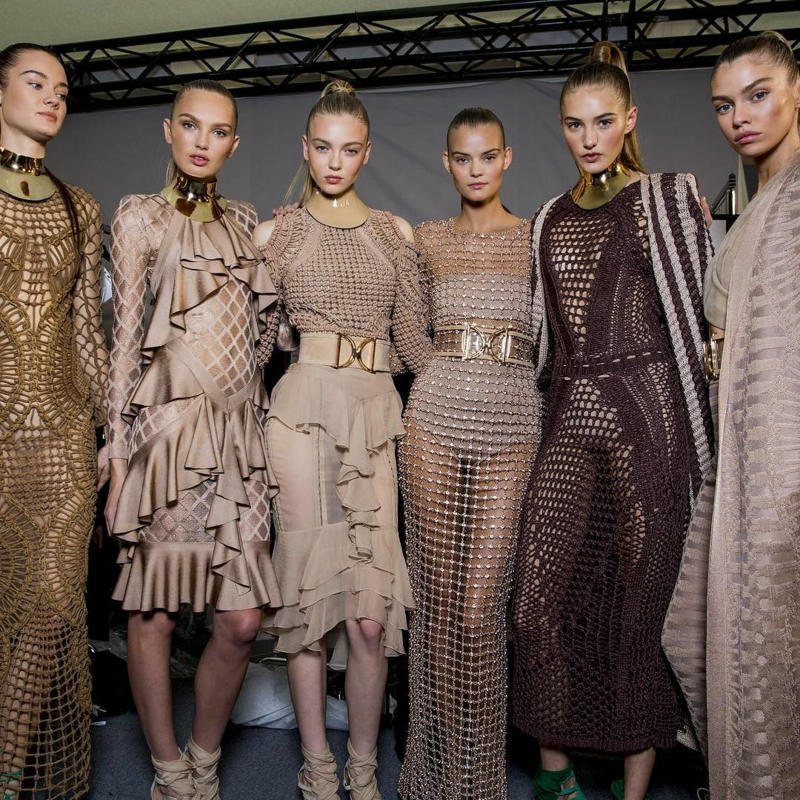Trendfarben Beige aktuelle Modetrends beige Kleider Balmain