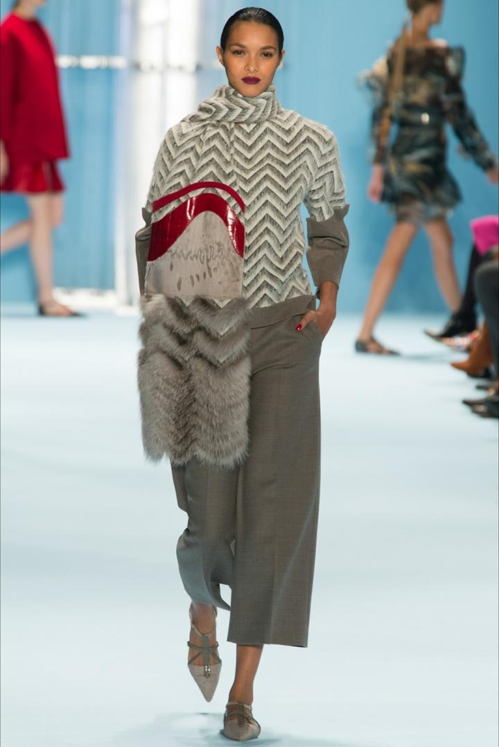 aktuelle Strickmode Damenpullover Chevron Muster grau weiß