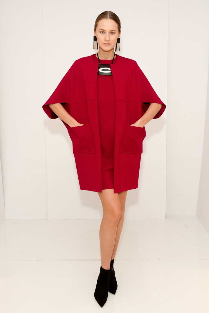 aktuelle Strickmode roter Damenpullover Weste Kleid