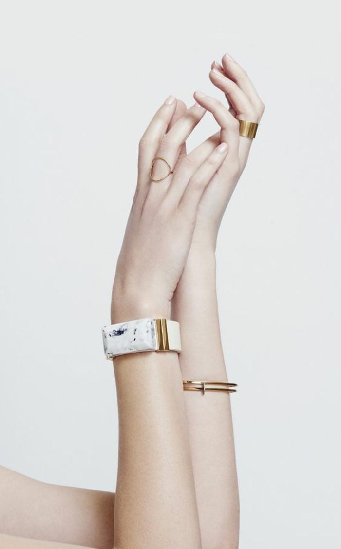aktuelle modetrends frauenaccessoires armbänder kombinieren ringe