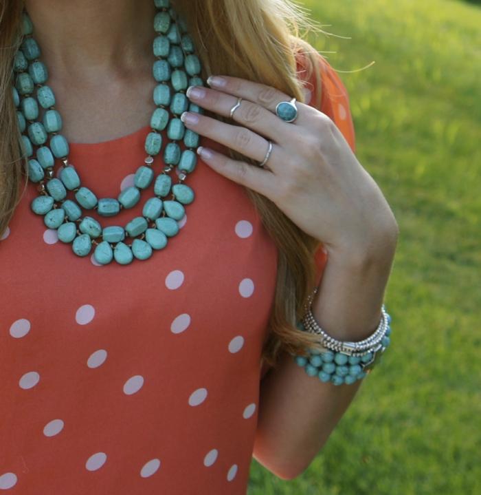 aktuelle modetrends massiver frauenschmuck edelsteine pasende kleidung