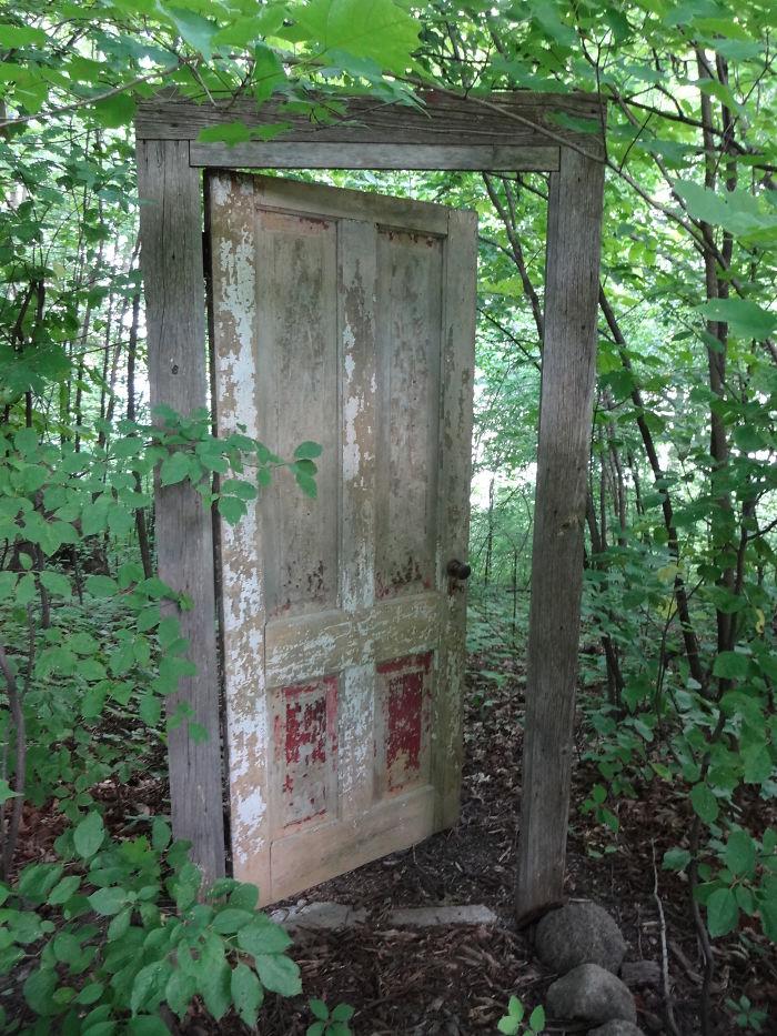 alte Haustüren Holz in der freien Natur DIY Ideen