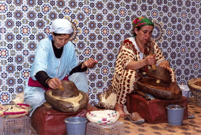arganöl wertvoles öl gesund traditionelle ölgewinnung frauen marokko
