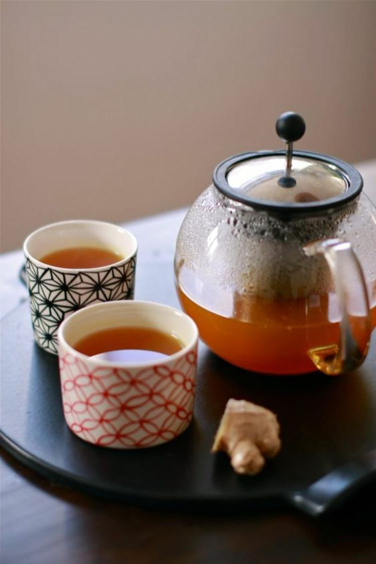asiatischer Einfluss und indische Küche Kurkuma Tee zubereiten