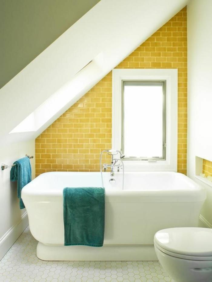 badefliesen gelbe wandfliesen kleines bad badewanne