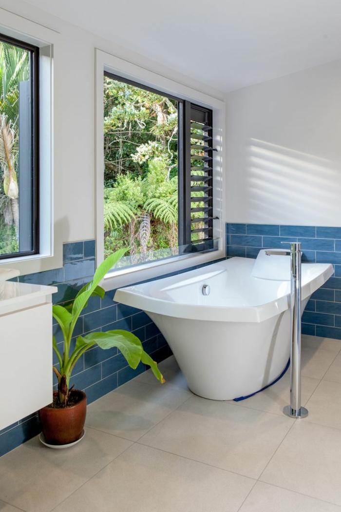 badefliesen weiß blau pflanzentopf fenster badideen
