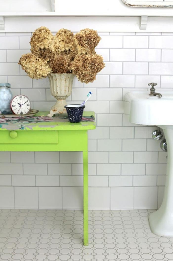 badefliesen weiß grüner beistelltisch bodenbelag badezimmer