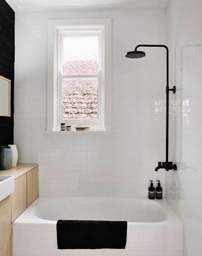 badefliesen weiß schwarze akzente badideen kleines bad