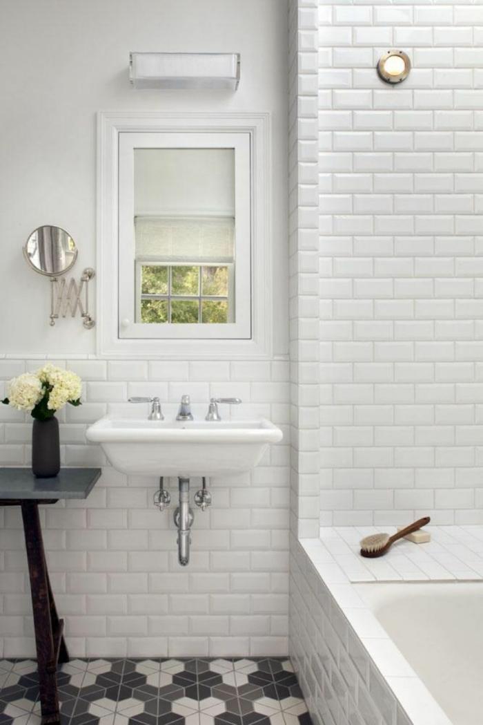 badefliesen weißes bad kleiner raum badewanne blumen