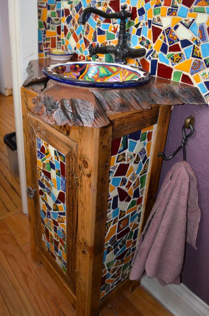 badefliesen mosaik farbig waschbeckenunterschrank lila wand