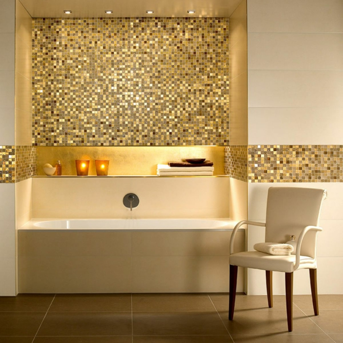 badezimmerfliesen mosaikfliesen gold bodenfliesen badewanne kerzen beleuchtung