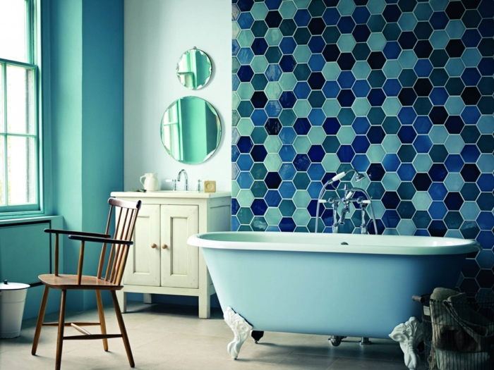 badezimmerfliesen wandgestaltung ideen mosaikfliesen grüne wände badewanne
