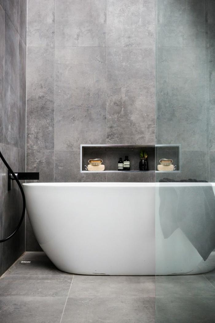 badfliesen badideen kleines bad grau badewanne regal