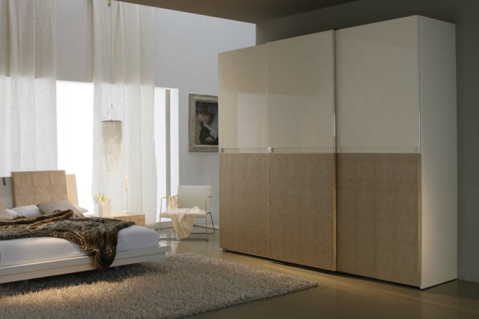 kleiderschrank schiebetüren minimalistisch beige luftige gardinen wohnideen schlafzimmer