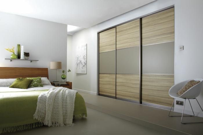 kleiderschrank schiebetüren schick wohnzimmer grüne elemente helle wände