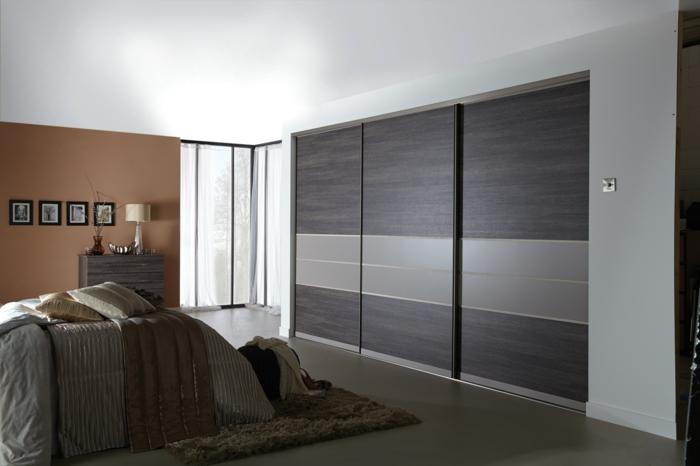 kleiderschrank schiebetüren schlafzimmer eleganter kleiderschrank braune wand