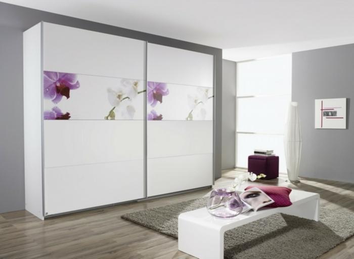 kleiderschrank schiebetüren weiß schöne frontseite weiße schlafzimmerbank