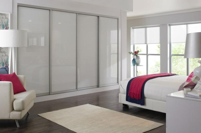 kleiderschrank schiebetüren weißer kleiderschrank rote akzente schlafzimmer teppich