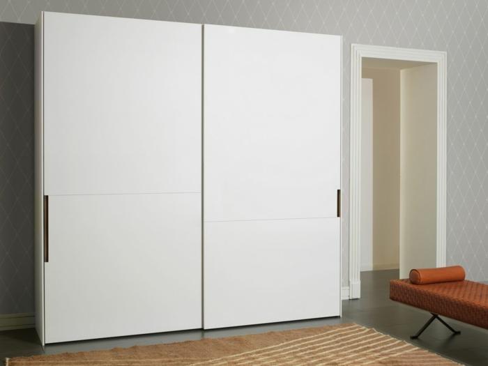 kleiderschrank schiebetüren weißer kleiderschrank schlafzimmer teppich schlafzimmerbank