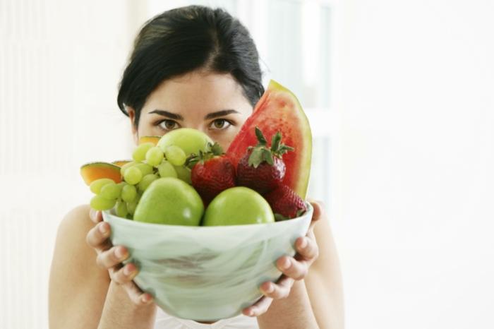 bewusste ernährung frische früchte essen