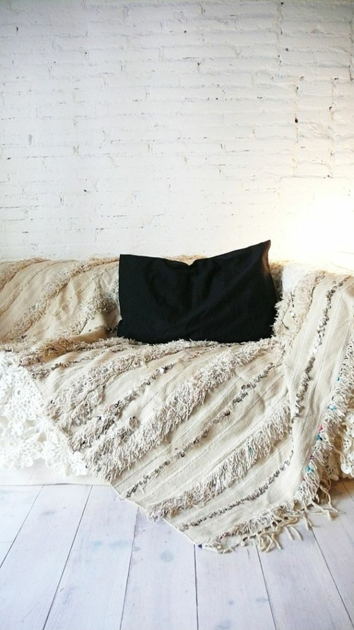 bodenbelag holzdielen weiß ziegelwand weiss wolldecke gewoben marokkanische hochzeitsdecke
