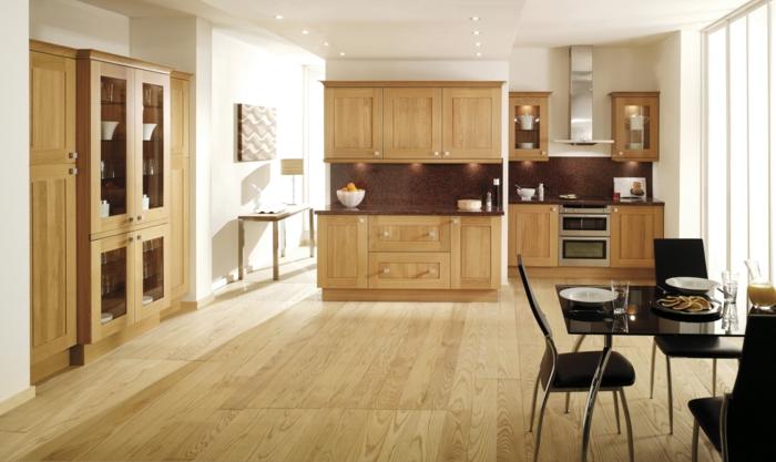 bodenbelag küche holzboden hölzerne möbel küchenrückwand schwarze essmöbel