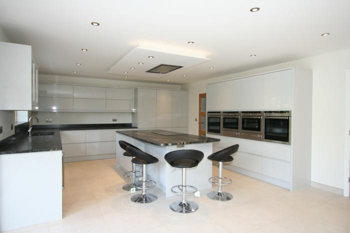 bodenbelag küche korkboden weiße einrichtung kücheninsel einbauleuchten