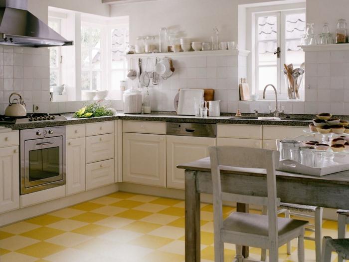bodenbelag küche linoleum farbig weiße küchenschränke rustikaler esstisch