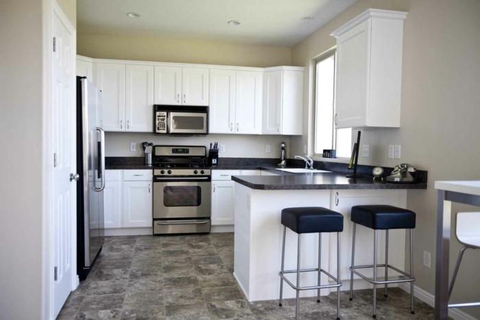bodenbelag küche vinyl weiße kächenschränke dunkle arbeitsoberfläche