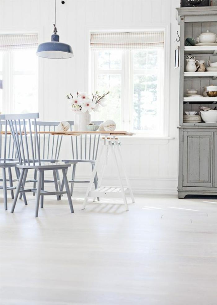 bodenbelag weiss küche esszimmer vintage einrichtung metallene pendelleuchte retro stühle geschirrschrank