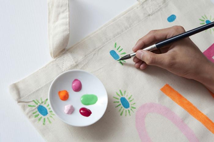coole bastelideen jutetüte jute malen malbürste textilfarben selber basteln einkaufstasche