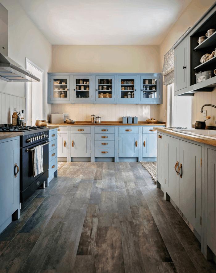 design bodenbelag küche holzboden hellblaue küchenschränke