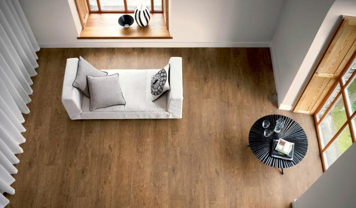 desigbodenbelag wohnzimmer boden holz weiße gardinen runder schwarzer tisch modernes sofa