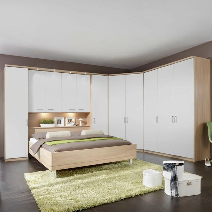 design kleiderschrank eckkleiderschrank massiv wohnideen schlafzimmer grüner teppich leuchten