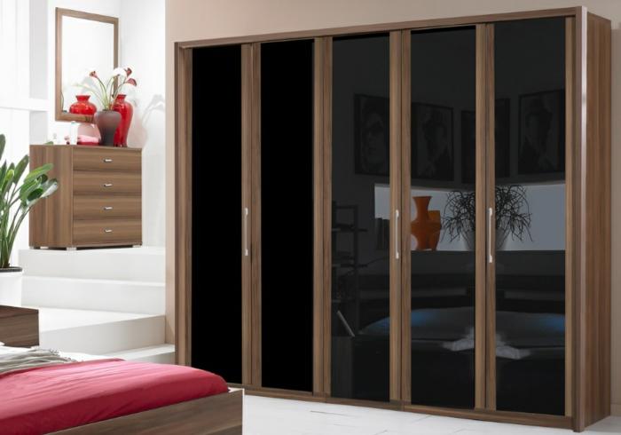 design kleiderschrank holz schwarze türen spiegeloberfläche wohnideen schlafzimmer