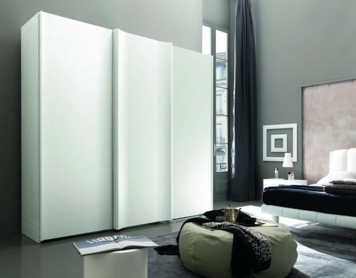 design kleiderschrank weiß schiebetüren wohnideen schlafzimmer hocker grauer teppich