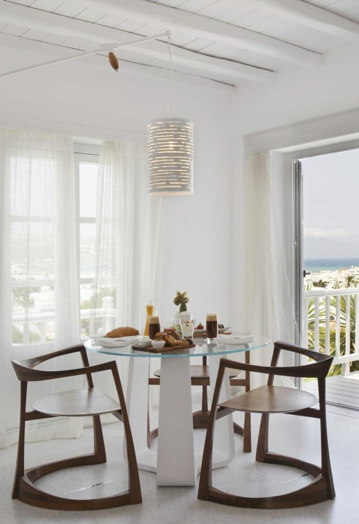 einrichtungsideen esszimmer hölzerne stühle runder glastisch weiße wände